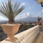 Terrasse du petit déjeuner ave  vue sur le Vesuve