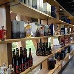 La boutique et l'ensemble de la gamme de la distillerie WarengheM.