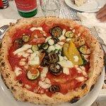 Margherita con peperoni e zucchine.