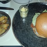 Hamburger con cernia fritta e patate