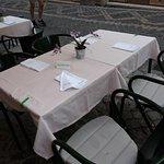 Uno dei tavolini all'esterno.