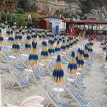 Spiaggia in discesa, sdraio scomodissime. Tra gli ombrelloni non c'è spazio a sufficienza per passare, con gli ombrelloni aperti si forma una cappa di calore asfissiante