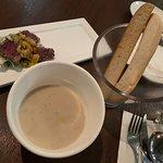 點完菜之後, 店員就送上免費餐包。  是日餐湯為粟米忌廉湯 入口順滑,有粒粒粟米係裏面。