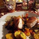 Płat kurczaka z tymiankiem w boczku podany z opiekanymi ziemniakami i warzywami grillowanymi (li