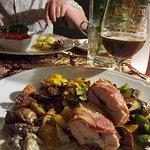Płat kurczaka z tymiankiem w boczku podany z opiekanymi ziemniakami i warzywami grillowanymi (ma