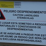 Aviso del peligro de desprendimientos en el área de acceso
