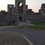 Zamek Krzyżtopór - 10. Ujęcie charakterystycznej bramy/wejścia. Po jednej stronie jest Krzyż, po drugiej Topór.