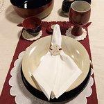 Prato tipo travessa, prato de 26 de diâmetro, cálice bordeaux e bol em cerâmica de alta temperatura.