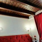 Particolare del soffitto in legno.