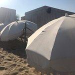 Mur de parasols pour empêcher l'accès aux toilettes et douches  😡😡😡😡😡😡😡😡😡😡 Obligation pourtant
