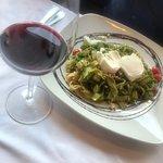 Nuestro delicioso fetuccini verde, acompañado de un vino mexicano.
