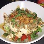 Délicieux! Endroit très propre, ici une salade thaï très bonne pour ceux qui aime le soja, poulet grillé frais délicieux tout est frais et bon je recommandes. Les quiches sont très bonne aussi et les tartes un délice