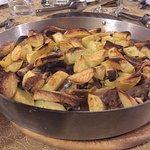 carne e patate sotto la coppa, pollo