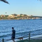 Praia do Canto em Vitória, ES Lugar muito bonito onde relaxar é obrigatório! Sempre que posso eu e minha família vamos lá. Pra quem gosta de Picnics tem um gramado bacana, muita sombra e tranquilidade.