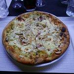 Pizza Schiticchiusa (crema di pistacchio, mozzarella, scamorza affumicata, pancetta, funghi porcini, scaglie di grana)