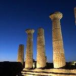 La foto realizzata subito dopo il tramonto con iPhone 8 Plus da A.Rastello riprende il profilo di quello che rimane del tempio di Eracle(Ercole) il particolare le colonne che furono ripristinate grazie al capitano Alexander Hardcastle.