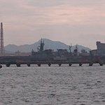 港から海上自衛隊の艦船が見えた。通常はタンカー等で遮られることが多く、年に数日だろうと聞いた。