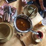 Nie można ominąć jeśli preferujemy kuchnie węgierską. Pyszna zupa gulaszowa świetnie podana, krem brokułowy z płatkami migdałów i wiele innych ciekawych propozycji. Pasta paprykowa 🌶🌶🌶💪🥵Suuuper . Przy kolejnej wizycie w Budapeszcie, na pewno odwiedzę 😉