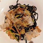 Spaghetti al nero di seppia saltati con frutti di mare