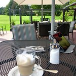Ein Latte Macchiato auf der schönen Terrasse