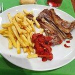 plat ; côtes agneau, frites, poivrons