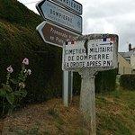 antigua señal de direccion hacia el cementerio, delante de las nuevas señales de carretera