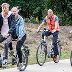 Elektrische fietsen, mountainbikes, tandems, steps en scooters. Allerlei manieren om de heuvels van de Veluwezoom met elektrische ondersteuning te beklimmen!