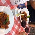Uno dei posti migliori dove mangiare a Napoli. Rigatoni al ragù perfetto con vino rosso non male. Ci torneró