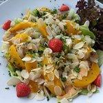 Salade mango, avocado, amandelschilfers