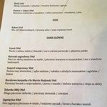 Oprócz stałego menu (fotka) jest menu sezonowe zawieszone na frontowej ścianie. Chłodnik z kiszo