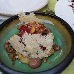 Carpaccio z polędwicy wołowej, orzechy macadarmia, chutney jabłkowy i kakao aioli