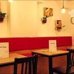 Interior del local, zona del comedor con mesas bajas