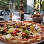 Pizza de vegetales y cerveza artesanal