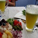 Ensalada marroquí  y limonada para beber.