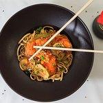 Tallarines chinos con agridulce de pollo