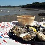 les huîtres, le vin blanc et la mer à marée basse
