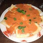 Ravioles de ricota con salsa mixta.