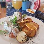Kolacja, polędwiczki w sosie borowikowym z opiekanymi ziemniakami