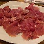 Lekker Italiaanse ham ter plaatse vers gesneden van een grote poot