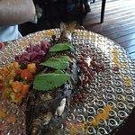 Trucha envuelta en hojas de parra