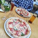 Pizza 4 sery (z przodu), pizza anchois (z tyłu), piwo i drink Hugo