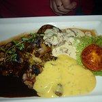 Oxfilé med stekt potatis och tre såser
