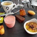 cafe gourmand bon choix de petits gateaux avec creme catalane, smoothie de fraises,