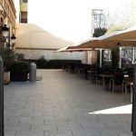 La Piemontesa. Fachada, terraza y puerta de acceso