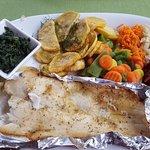 Ziemniaki opiekane, halibut z pieca, szpinak, warzywa na parze i bukiet surówek.