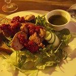 Sałatka z polędwiczką wieprzową, musem malinowym i pietruszkowym vinegretem