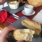 Zapiekany camembert i bagietka z serem (proszę nie bić, ale nie pamiętam jakim).