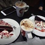 Cappuccinos Medianos. Red Velvet, realmente espectacular, y Cheesecake de Arandanos.