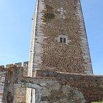 Torre vista do exterior das muralhas, à entrada