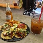 & tacos, un agua de Tamarindo y una cerveza Modelo.
